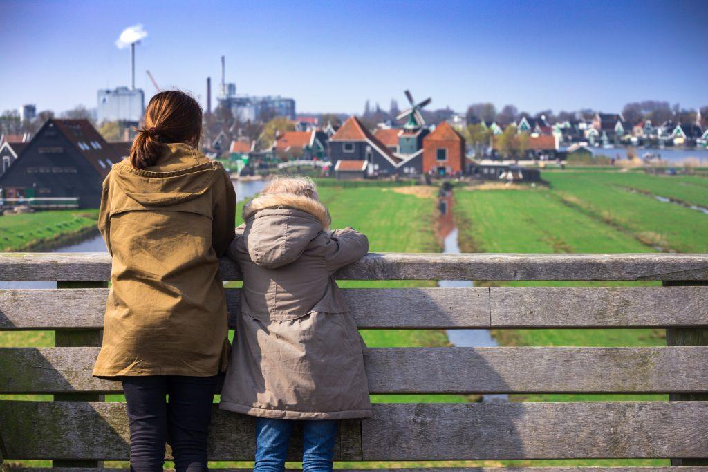 Meisjes kijken naar de Zaanse Schans